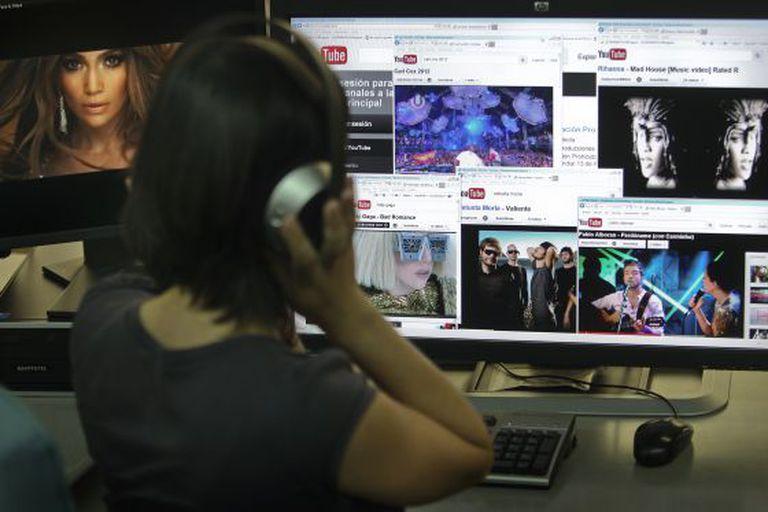 Uma jovem assiste a um show no YouTube.