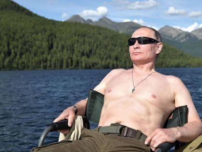 O presidente russo, Vladímir Putin, toma o sol na Sibéria em agosto de 2017.