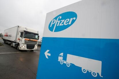 Caminhão refrigerado deixa a unidade de fabricação da Pfizer em Puurs (Bélgica) em 3 de dezembro.