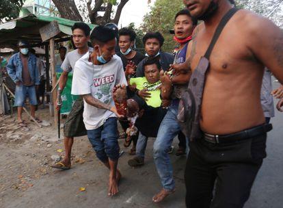Um ferido nos protestos recebe atendimento médico na cidade de Dawei, no sul de Mianmar.