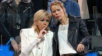 Brigitte Macron e sua filha, Tiphaine Auzière, em um ato de apoio a Emmanuel Macron em Paris, em abril de 2017.