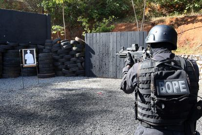 Policial durante treinamento de combate ao terrorismo.