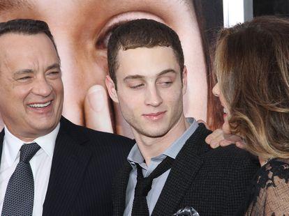 Tom Hanks e Rita Wilson com seu filho Chester Hanks numa pré-estreia em Nova York, em 2011.