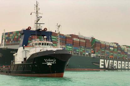 Imagem da embarcação que bloqueia o Canal de Suez, carregada de contêineres.