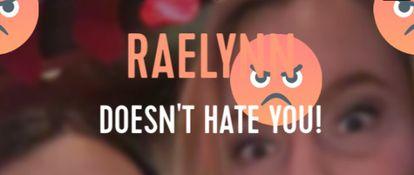 O lado positivo: Raelynn é a única usuária que não me odeia. O negativo: ela está a quase 4.000 milhas [6.500 km] de distância.
