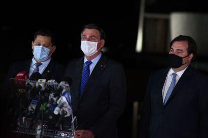Jair Bolsonaro ao lado dos presidentes do Senado, Davi Alcolumbre (E), e da Câmara, Rodrigo Maia (D).