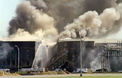 Bombeiros apagam incêndio no Pentágono depois do impacto de um dos aviões do 11/9.