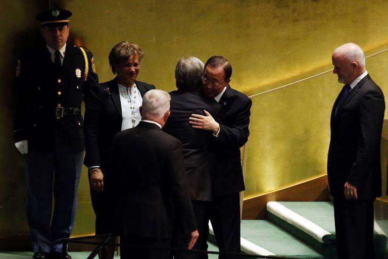 Ban Ki-moon abraça Antonio Gtuterres, seu sucessor como secretário-geral da ONU.