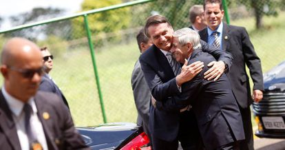 Bolsonaro abraça Heleno, ministro do GSI.