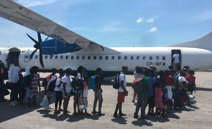Avião de resgate no aeroporto de Treasure Cay.