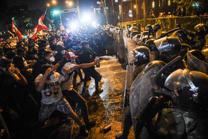Manifestantes enfrentam a polícia nos protestos em Lima, na noite de quinta-feira.
