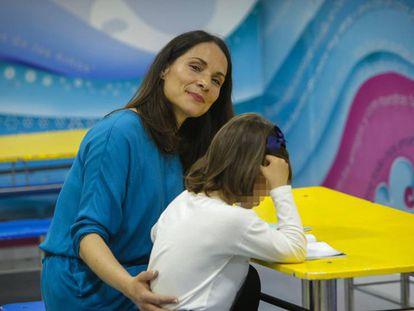 Ana Navarro com a filha María em Valencia.