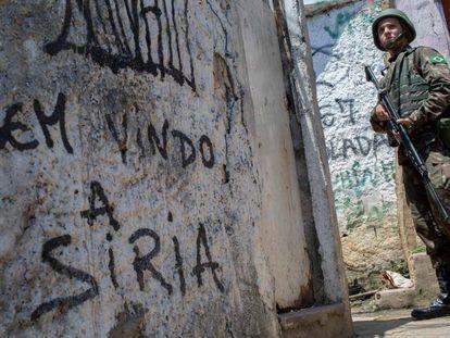 Um militar durante a ocupação da Rocinha, na quarta-feira.