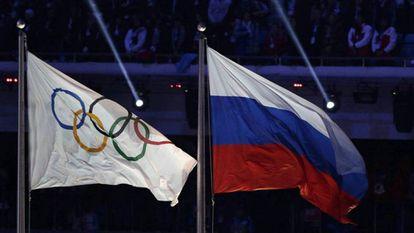 As bandeiras olímpicas e a da Rússia ondulam na Olimpíada de Inverno de Sochi-2014.