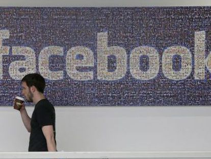 Funcionário do Facebook na sede da empresa em Menlo Park.