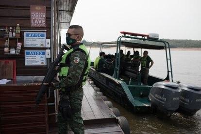 Polícia faz batida em casa flutuante no rio Negro, em outubro. Dados mostram que houve menos interrupções em áreas de luxo.