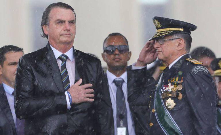 Bolsonaro e o Comandante do Exército, Edson Pujol, durante cerimônia em Brasília no dia 17 de abril