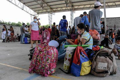 Refugiados venezuelanos chegam à Colômbia depois dos confrontos.