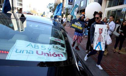 Protesto diante da sede da Uber em San Francisco favorável à lei AB5.