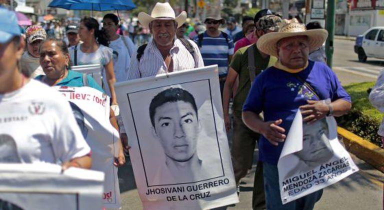 Um familiar de Jhosivani Guerrero com seu retrato em uma marcha.