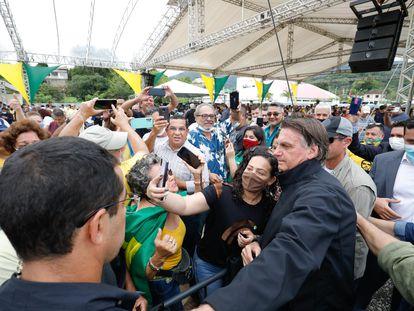 O presidente Jair Bolsonaro tira foto com apoiadores em Miracatau (SP), no dia 13 de outubro, durante entrega de títulos de propriedades rurais.