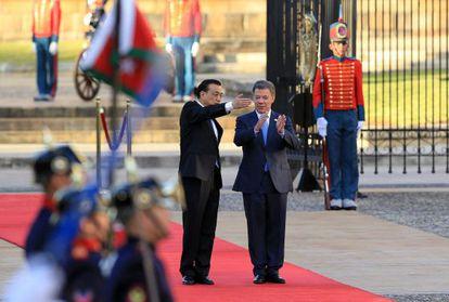 O premiê Li Keqiang e o colombiano Juan Manuel Santos.