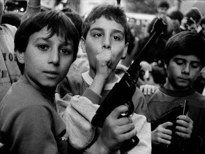 Crianças com uma arma em Palermo, 1986.
