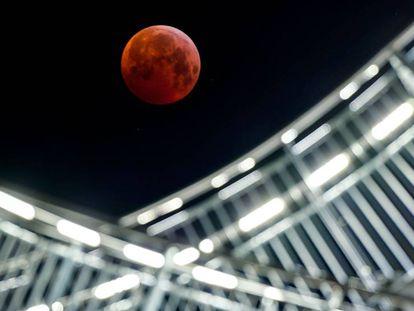 A superluna vista em Duisburgo (Alemanha).