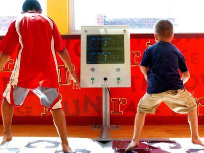 Dois meninos brincam dentro de um McDonald's em Oklahoma.