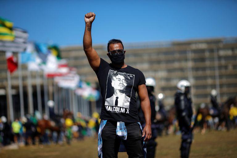 Manifestante durante protesto antirracista em Brasília