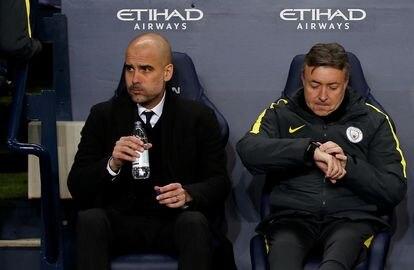 Domenec Torrent ao lado de Guardiola no banco do Manchester City em janeiro de 2017.