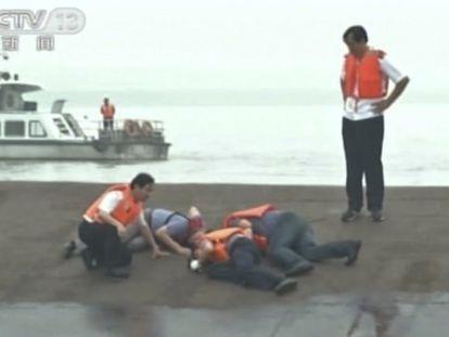 Imagem da TV chinesa mostra resgate de vítimas.