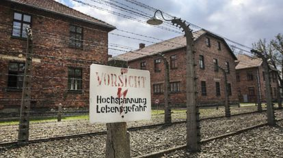 Cerca de arame farpado no antigo campo de concentração e extermínio nazista de Auschwitz