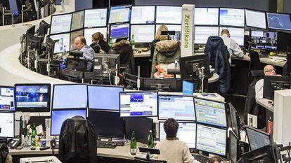 Operadores de mercado trabalham na Saca de Frankfurt, Alemanha EFE