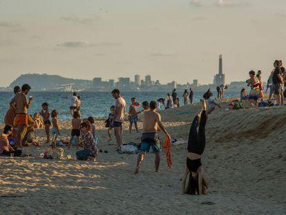 Dezenas de pessoas aproveitam as praias de Barcelona na reabertura da Catalunha.
