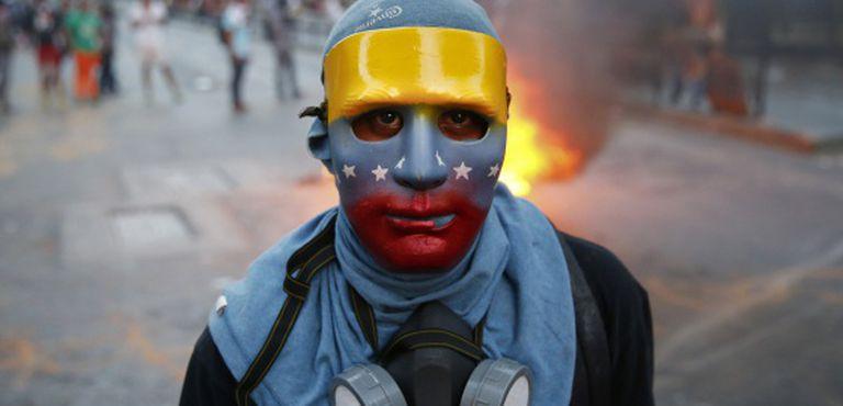 Jovem participa de protesto em Caracas.