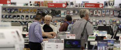Consumidores em uma loja de eletrodomésticos em Buenos Aires.