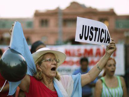 Mulher protesta em frente à Casa Rosada.