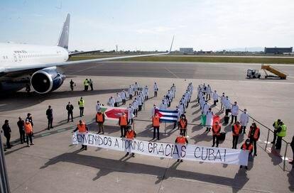 Chegada a Turim de 38 profissionais de saúde cubanos, na segunda-feira, no aeroporto da cidade italiana.