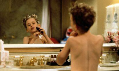 Un imberbe Macaulay Culkin teniendo su primera experiencia con la maquinilla en 'Solo en casa 2' (1992).