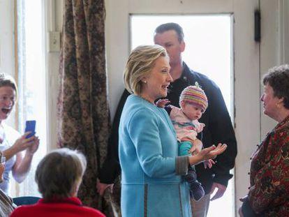 Hillary Clinton, em uma visita de campanha a uma cafeteria de Keene (New Hampshire) em abril.