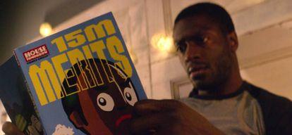 Um dos personagens de 'Black Museum' (quarta temporada) lê uma 'graphic novel' de 'Quinze Milhões de Méritos' (primeira temporada)