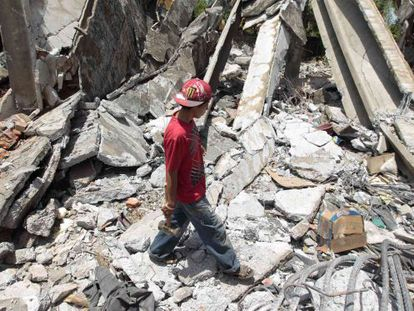 Ruínas de um prédio danificado no sismo de 72 e destruído há dias.