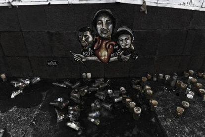 Mural em homenagem aos três estudantes de cinema desaparecidos em Guadalajara.