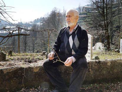 Yunus Erdogan, primo do pai do presidente turco, no cemitério de Dumankaya (Turquia).