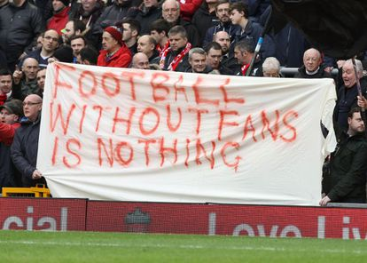 """Torcida do Liverpool mostra cartaz: """"O futebol sem os fãs não é nada"""""""