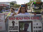 Bruna Mozer protesta em Goiânia com outras mães, no dia 20 de maio.