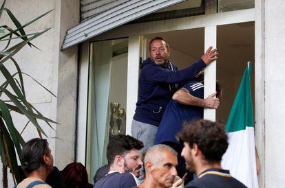 Manifestantes contrários ao passaporte de vacinação entram na sede do sindicato CGIL, em Roma, no sábado.
