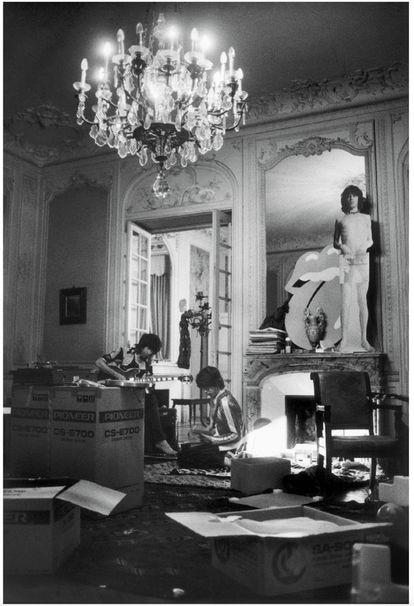 Keith Richards (left) and Mick Jagger (right) in the Villa's great room, 1971.