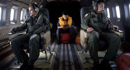 Oficiais da Força Aérea da Malásia durante as operações de busca do B777.
